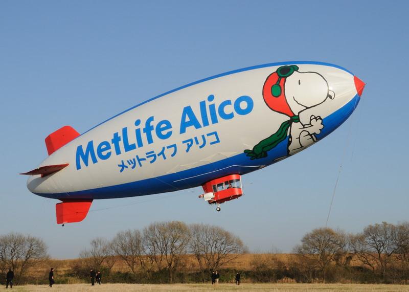 Take Off よく晴れた冬の空に、船体の鮮やかな色彩が映えます。 宣伝用の飛行船ですか...